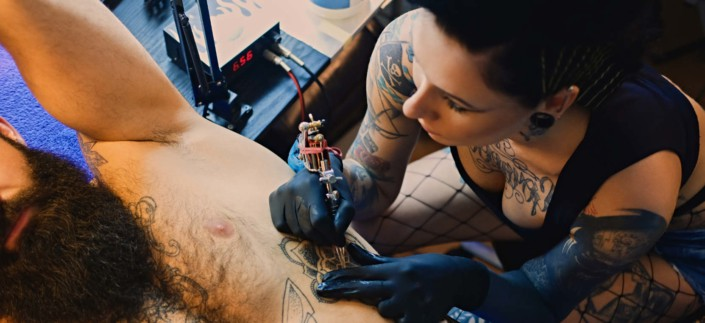 woman-learning-to-tattoo